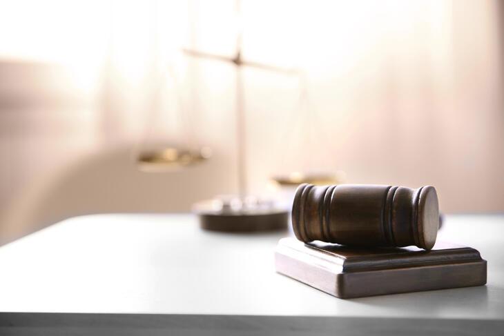 Dommergavel og vekt på bord