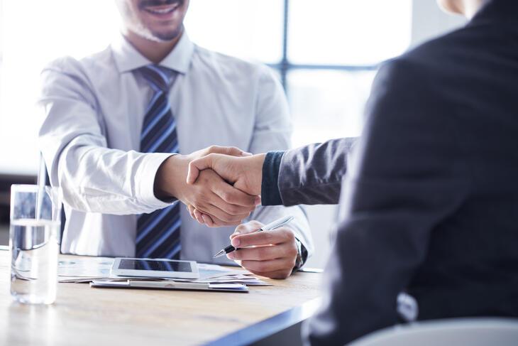 To mennesker som håndhilser