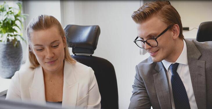 två  kollegor vid skrivbord